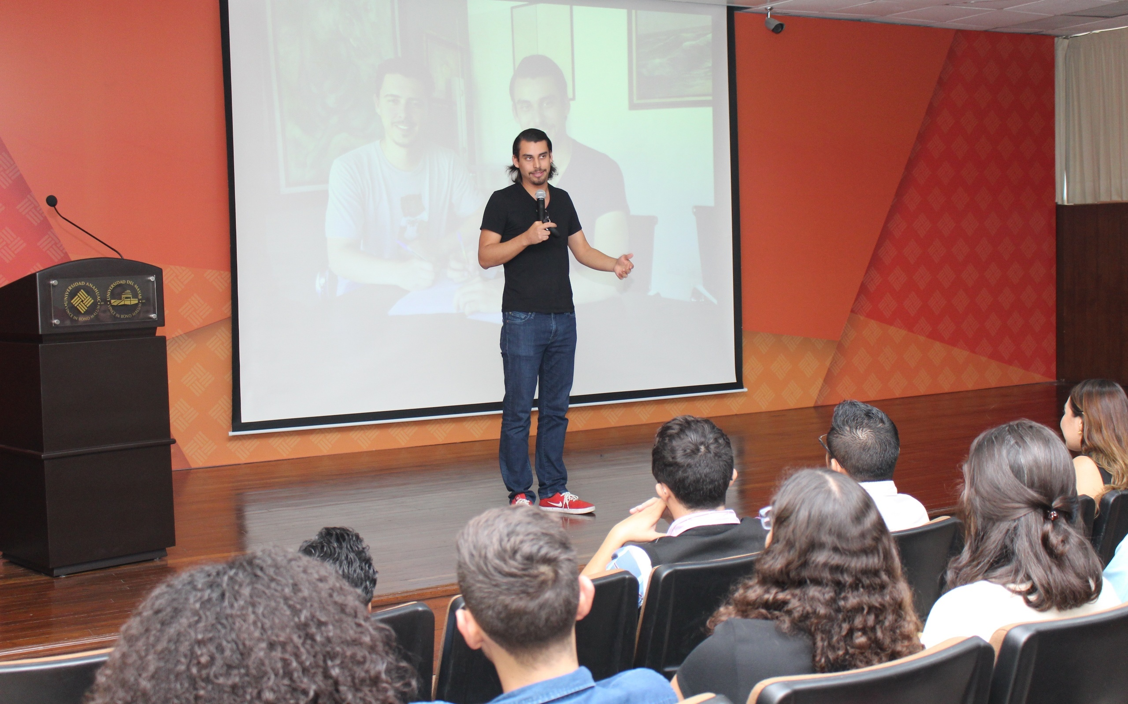 Daniel Gómez en la Anáhuac Mayab, dando tips para emprender