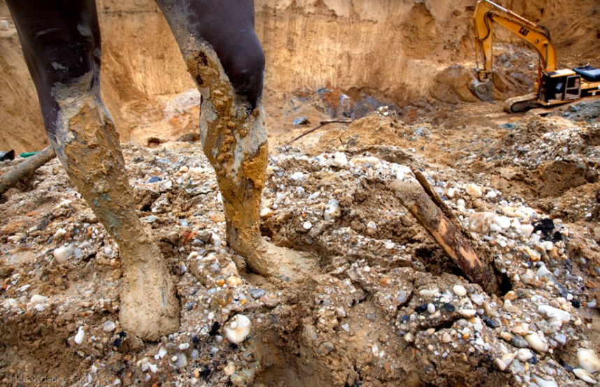 screencapture-lisakristine-portfolio-items-mounds-gold-ghana-2020-10-13-11_27_04